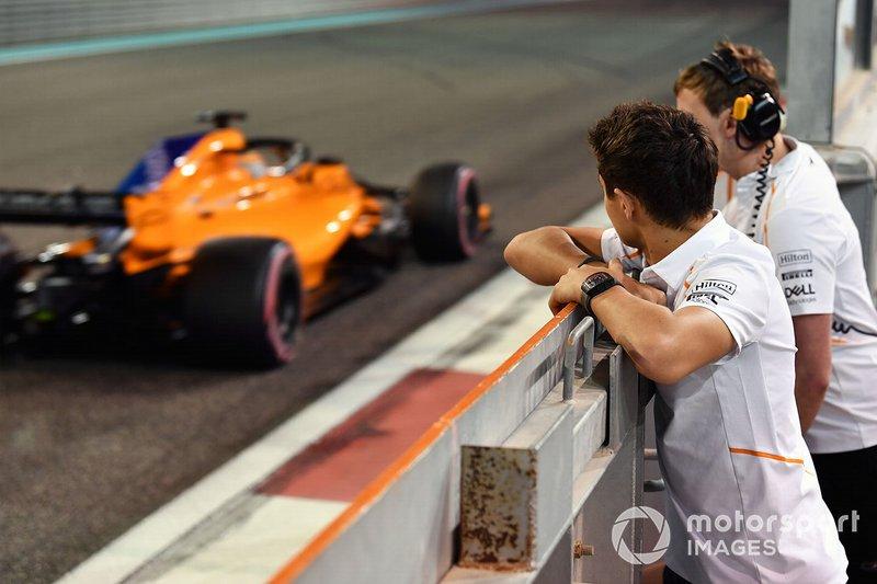 Ландо Норріс, McLaren, спостерігає за Карлосом Сайнсом-мол., McLaren MCL33