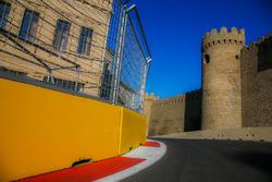 Circuito ciudad de Bakú en la curva 11 con el castillo