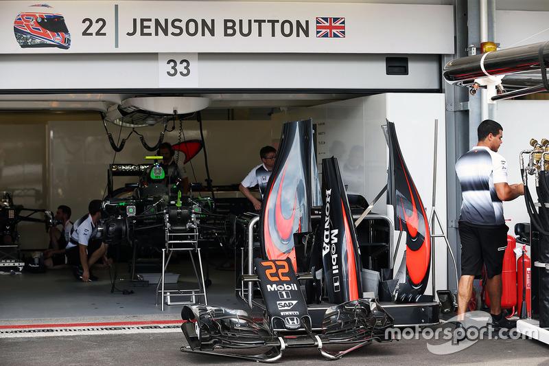 McLaren MP4-31 Дженсона Баттона, McLaren prepared in the pits