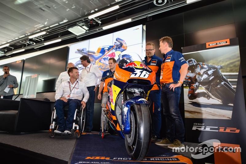 Mika Kallio, Sebastian Risse Pit Beirer y Mike Leitner descubren la moto KTM MotoGP