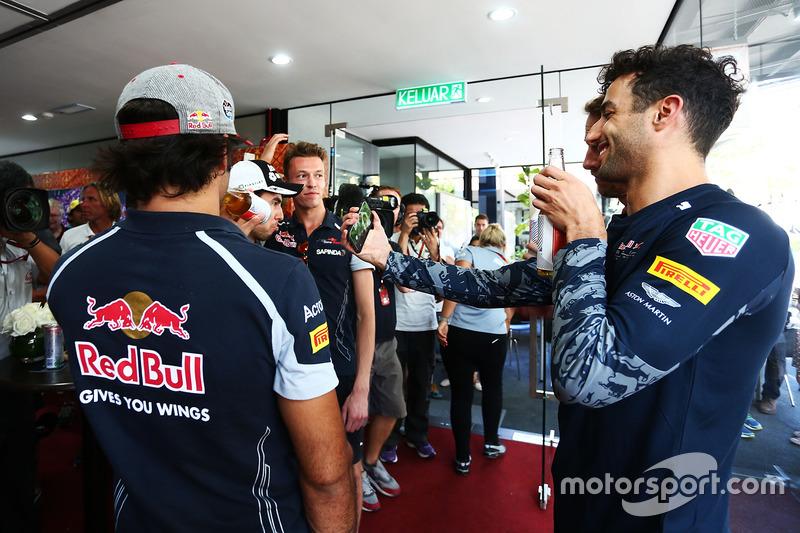إحتفالات جنسن باتون، مكلارين هوندا بسباقه ال300 فى الفورمولا1 مع السائقين