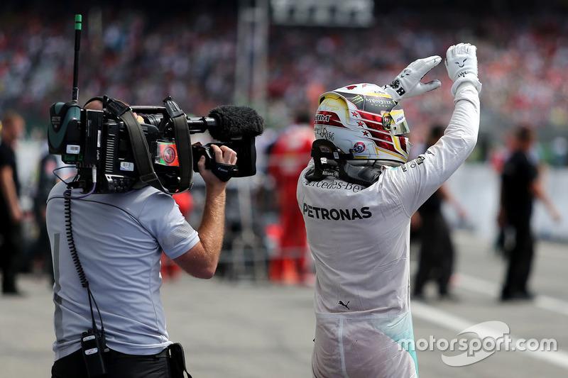 1. Lewis Hamilton, Mercedes AMG F1, im Parc Fermé