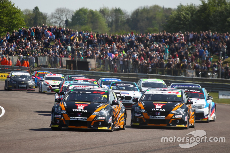 Start- Matt Neal, Team Dynamics Honda Civic Type R leads