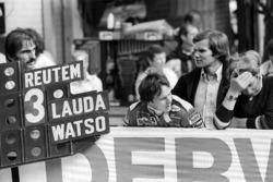 Ferrari avec un panneau pour le vainqueur Carlos Reutemann, Ferrari avec Gilles Villeneuve, Ferrari et Peter Windsor, Journalist
