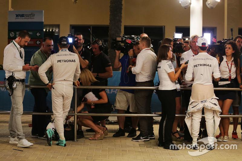 Nico Rosberg, Mercedes AMG F1y  Lewis Hamilton, Mercedes AMG F1 con los medios