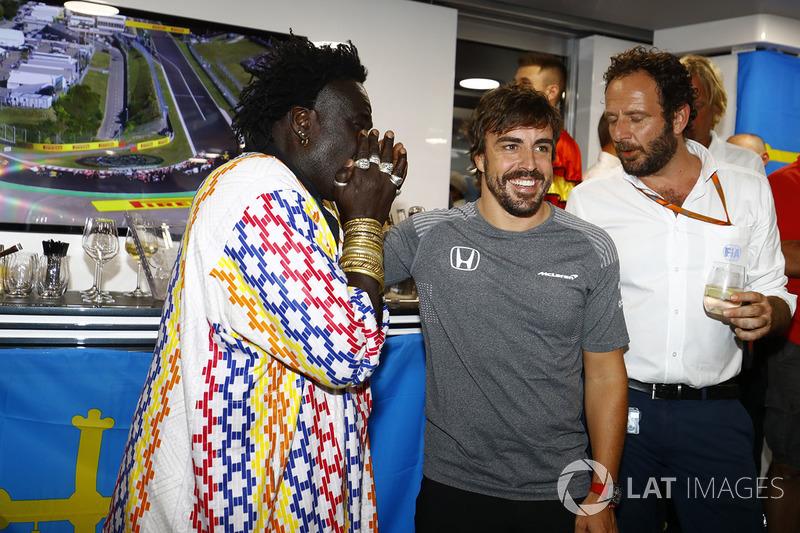 Fernando Alonso, McLaren, celebra su cumpleaños, con el Diseñador de joyería Moko
