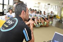 Технічний директор та керівник команди Sky Racing Team VR46 П'єтро  Капрара спілкується з учасниками четвертого Yamaha VR46 Master Camp