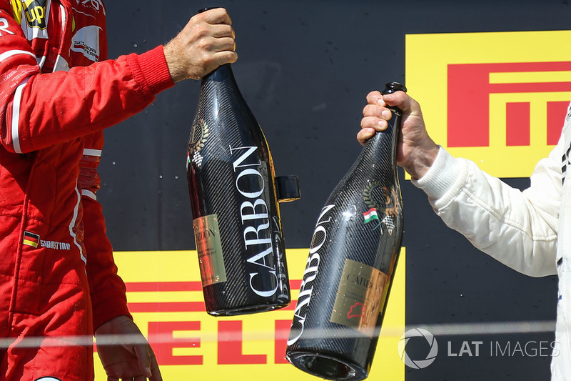 المنصة: الفائز بالسباق سيباستيان فيتيل، فيراري، المركز الثالث فالتيري بوتاس، مرسيدس