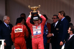 Podium: Ganador, Ayrton Senna, McLaren, segundo, Jean Alesi, Ferrari, tercero, Nigel Mansell, Williams, Jean Marie Balestre,Presidente FISA, Principe Rainier , Princesa Stephanie de Mónaco, Principe, Albert de Mónaco, Ron Dennis, McLaren