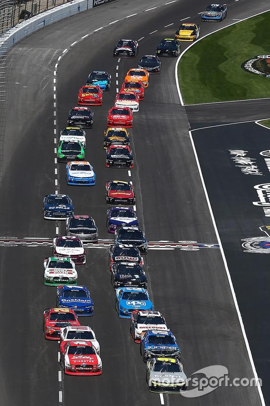 Ryan Reed, Roush Fenway Racing Ford, y William Byron, JR Motorsports Chevrolet, lead the field