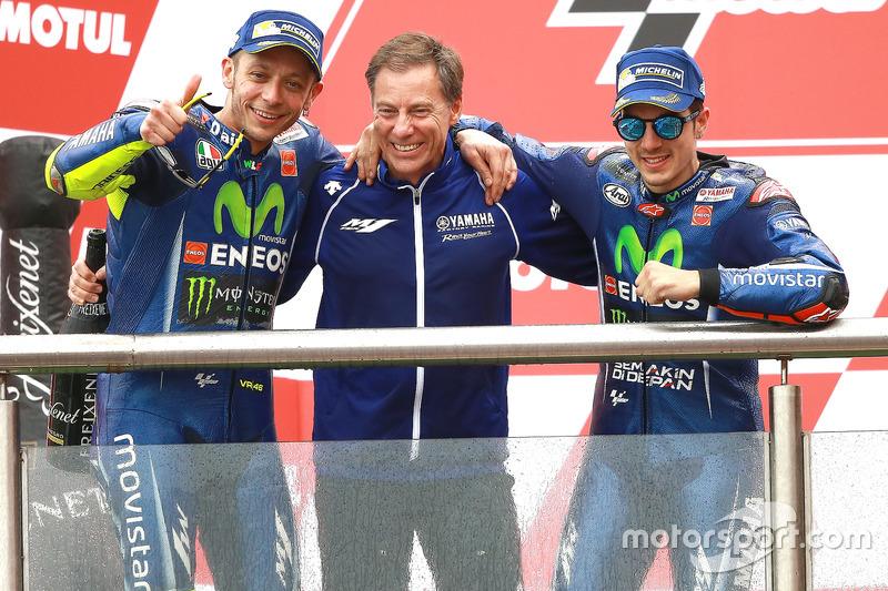 Podium MotoGP Argentina 2017: Valentino Rossi dan Maverick Vinales, serta Lin Jarvis, Yamaha Factory Racing Managing Director