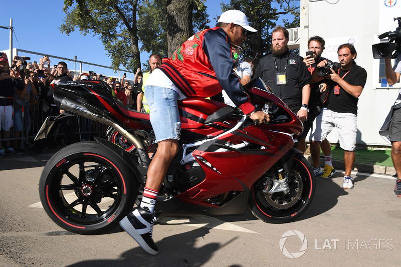 Lewis Hamilton, Mercedes AMG F1 llega al circuito en su moto
