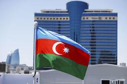 Flagge von Aserbaidschan vor dem Hilton Hotel