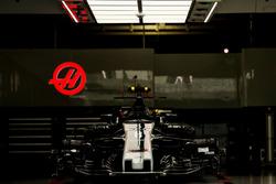 La Haas F1 Team VF-17 dans le garage
