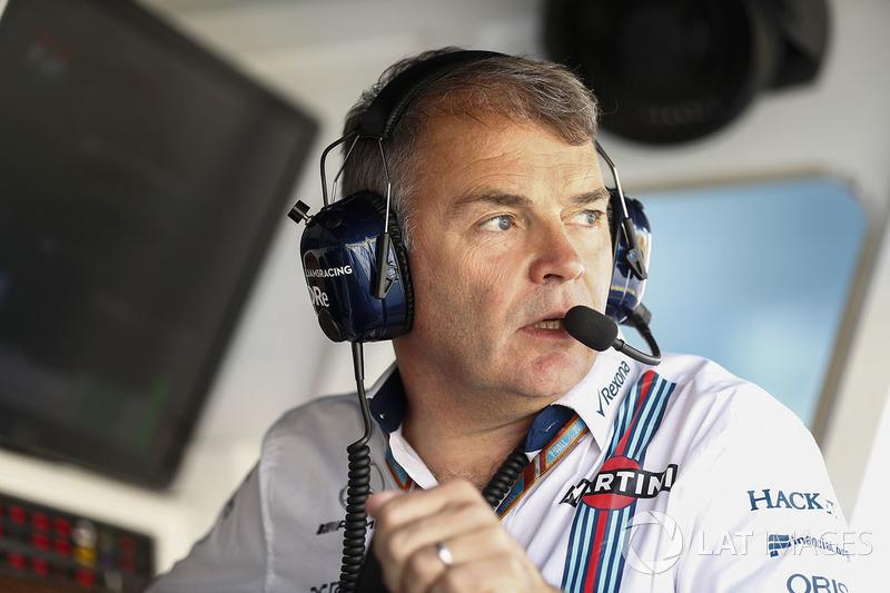 Miembro del equipo Williams en la pared de boxes