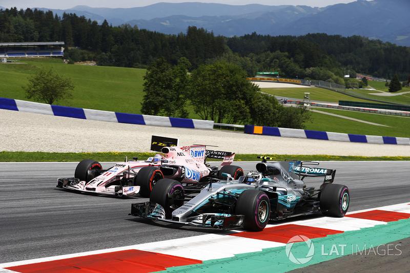 Валттери Боттас, Mercedes AMG F1 W08, и Серхио Перес, Sahara Force India F1 VJM10