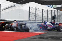 Столкновение: Даниил Квят, Scuderia Toro Rosso STR12, и Фернандо Алонсо, McLaren MCL32
