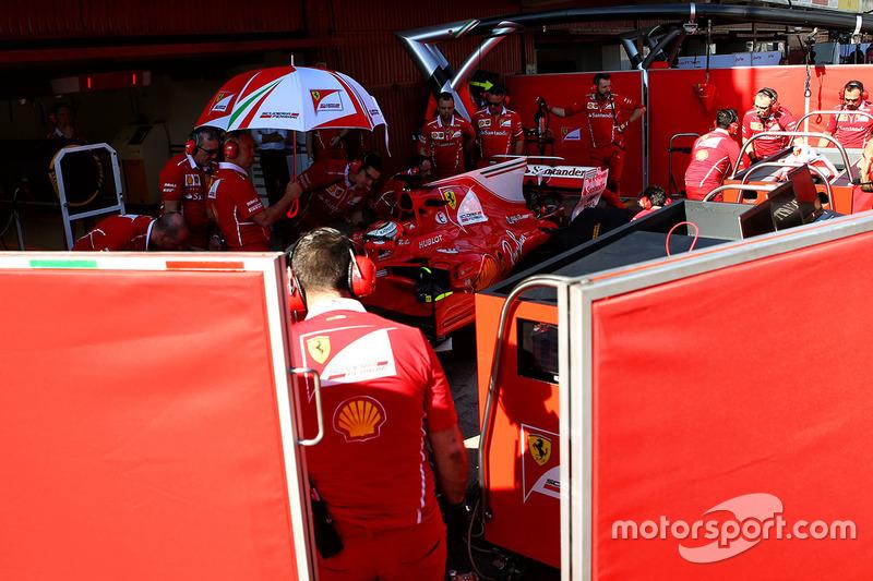 Кими Райкконен, Ferrari SF70H за экранами на пит-лейн