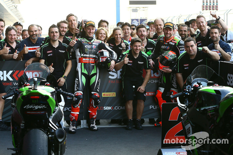 Ganador, Jonathan Rea, Kawasaki Racing, segundo, Tom Sykes, Kawasaki celebra con su equipo