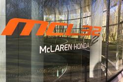 Логотип McLaren MCL32
