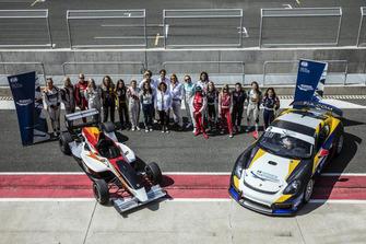 Gruppenfoto: FIA-Programm für Frauen im Motorsport