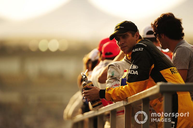 А еще в Ф1 тогда был Виталий Петров. Его первый сезон получался очень сложным: россиянин слишком часто уступал напарнику Роберту Кубице и серьезно проигрывал ему по очкам. Место Петрова в Renault на сезон-2011 было под вопросом