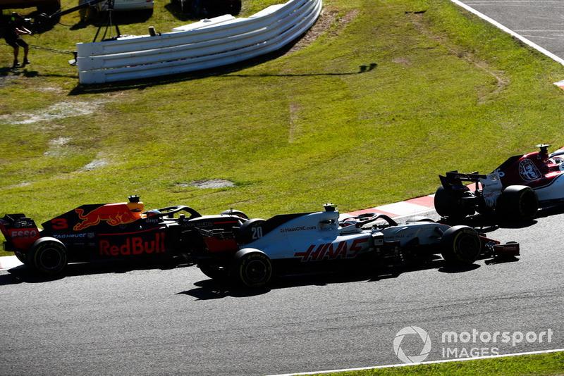 Kevin Magnussen, Haas F1 Team VF-18, y Daniel Ricciardo, Red Bull Racing RB14