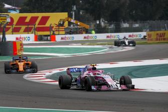Esteban Ocon, Racing Point Force India VJM11 and Stoffel Vandoorne, McLaren MCL33
