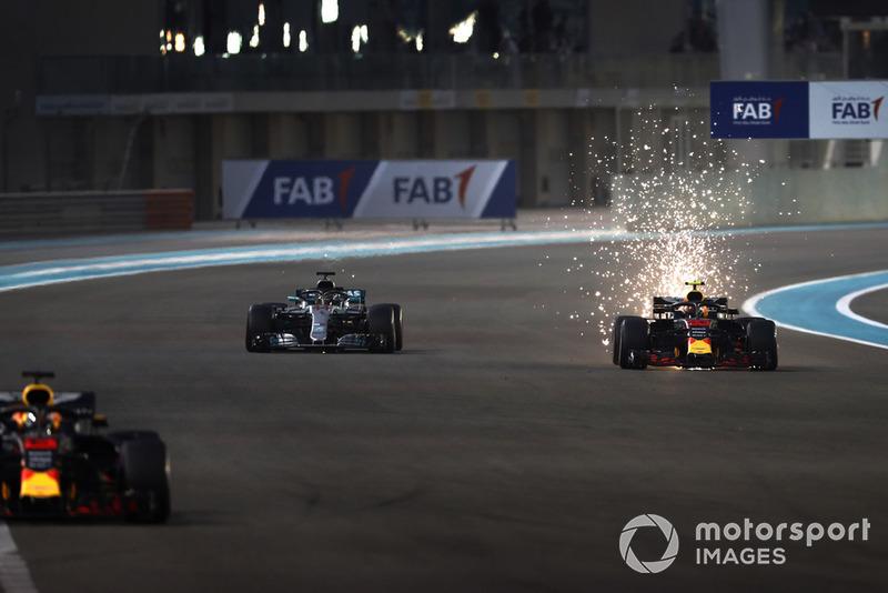 Chispas vuelan desde el auto de Max Verstappen, Red Bull Racing RB14, mientras lucha contra Lewis Hamilton, Mercedes AMG F1 W09 EQ Power +
