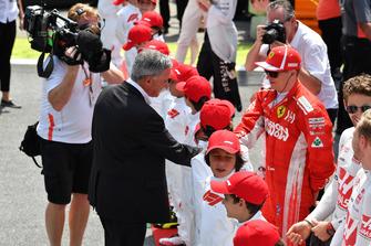 Chase Carey, directeur exécutif du Formula One Group et Kimi Raikkonen, Ferrari sur la grille