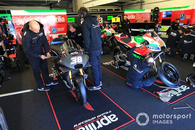 L'Aprilia di Bradley Smith nel garage