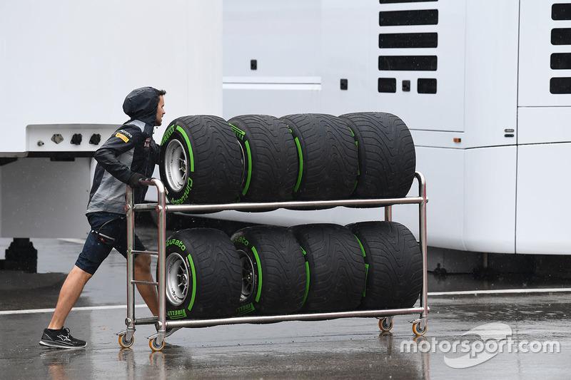Механик Scuderia Toro Rosso и шины Pirelli