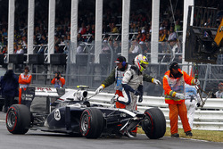 Pastor Maldonado, Williams FW33 gets out of his car to walk back to the pits