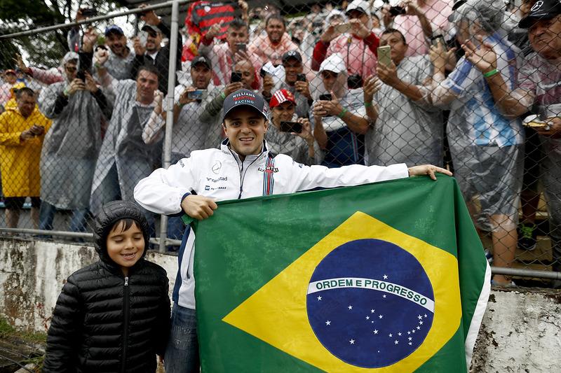 Фелипе Масса и его сын Фелипиньо с флагом Бразилии перед гонкой