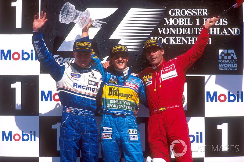 Podio: Ganador de la carrera Michael Schumacher, Benetton Renault, segundo lugar David Coulthard, Williams Renault