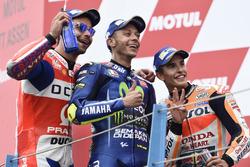 Podio: segundo lugar Danilo Petrucci, Pramac Racing, ganador de la carrera Valentino Rossi, Yamaha Factory Racing, tercer lugar Marc Márquez, del equipo Repsol Honda