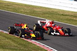 Max Verstappen, Red Bull Racing RB13, en lutte avec Kimi Raikkonen, Ferrari SF70H, après son arrêt