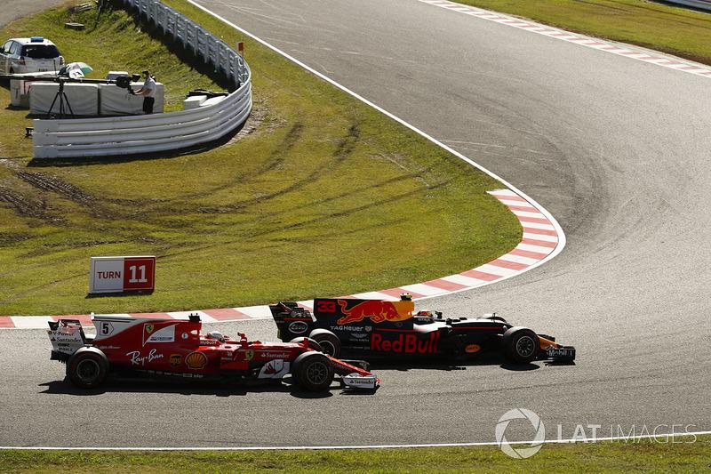 Daniel Ricciardo, Red Bull Racing RB13, pasa a Sebastian Vettel, Ferrari SF70H