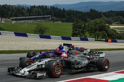 Kevin Magnussen, Haas F1 Team VF-17, Carlos Sainz Jr., Scuderia Toro Rosso STR12 en lutte pour une position