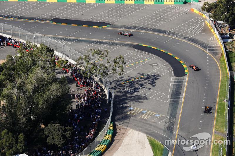 Kevin Magnussen, Haas F1 Team VF-17, leads Stoffel Vandoorne, McLaren MCL32, and Jolyon Palmer, Rena