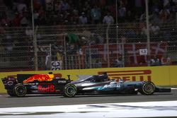 Lewis Hamilton, Mercedes AMG F1 W08, battles with Daniel Ricciardo, Red Bull Racing RB13