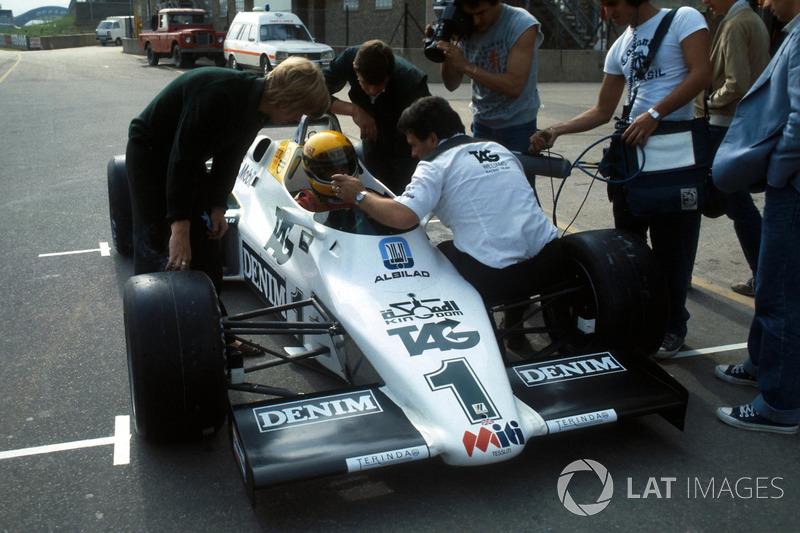 Ayrton Senna, recibe instrucciones finales por el director del equipo Williams Allan Challis antes de su primera carrera en el Williams FW08C