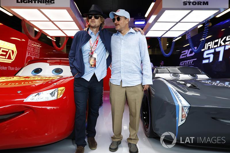 """Гран Прі Великої Британії. Актори Оуен Вілсон і Вуді Гаррельсон у промо-гаражі стрічки """"Тачки 3"""""""