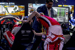 Nick Heidfeld congratulating Olli Pahkala, Mahindra Racing
