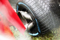 Wet tyre and broken whel on the crashed car of Romain Grosjean, Haas VF-17