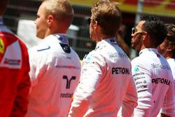 Nico Rosberg y Mercedes AMG F1 Lewis Hamilton, Mercedes AMG F1 durante el himno nacional en la parri