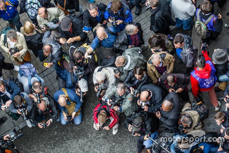Вболівальники фотографуються з #7 Audi Sport Team Joest Audi R18 та #8 Audi Sport Team Joest Audi R1