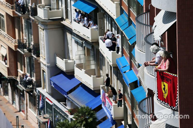 Fans auf Balkons