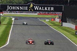Борьба за позицию: Себастьян Феттель, Ferrari SF16-H, и Дженсон Баттон, McLaren MP4-31