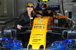 L'actrice Carina Lau dans le garage McLaren